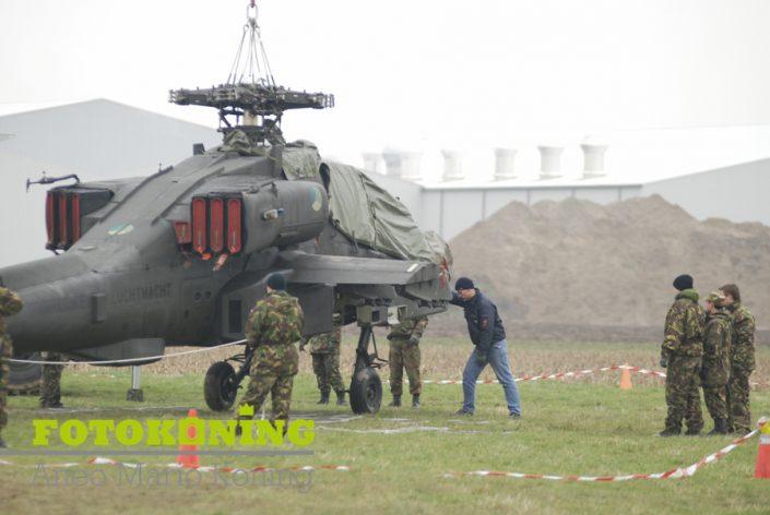 Apache vliegt tegen hoogspanningsmast Bommelerwaard